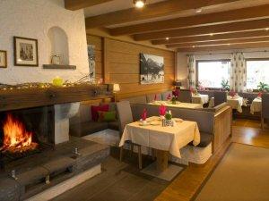 Frühstücksraum mit offenem Kamin