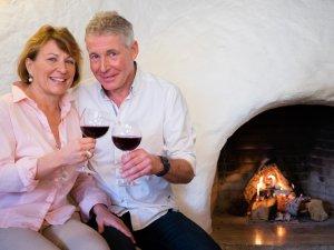Ein Glas Wein am offenen Kamin im Hotel Tannhof