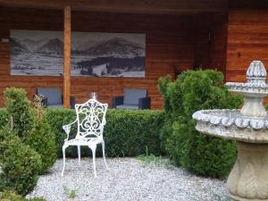 Sitzecke am Gartenrand