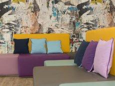 Die bequemen Sofas im Oberstdorf Hostel im Allgäu laden zum Verweilen, ausruhen und chillen ein.