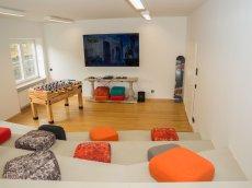 Warum wir diesen Raum des Oberstdorf Hostels Treppe nennen? Wengen der treppen-artigen Sitzgelegenheit.