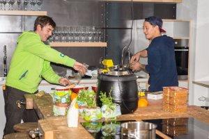 Fabian und Falk beim Kochen