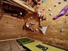 Im Boulder-Stadl des Oberstdorf Hostel finden Groß und Klein Spaß und Action. Hier wird der Familienurlaub im Allgäu garantiert nicht langweilig.
