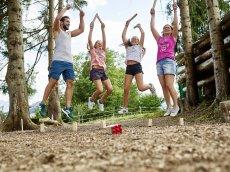 Auf dem großen Outdoor Playground des Oberstdorf Hostel, der Ferienunterkunft in den Alpen, gibt es Spaß für die ganze Familie.