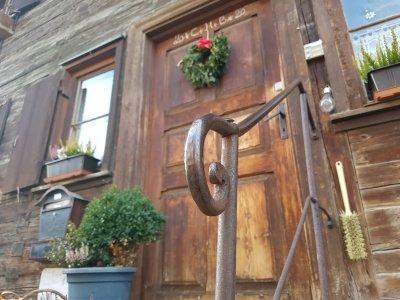Altes Eisengeländer mit Haustüre