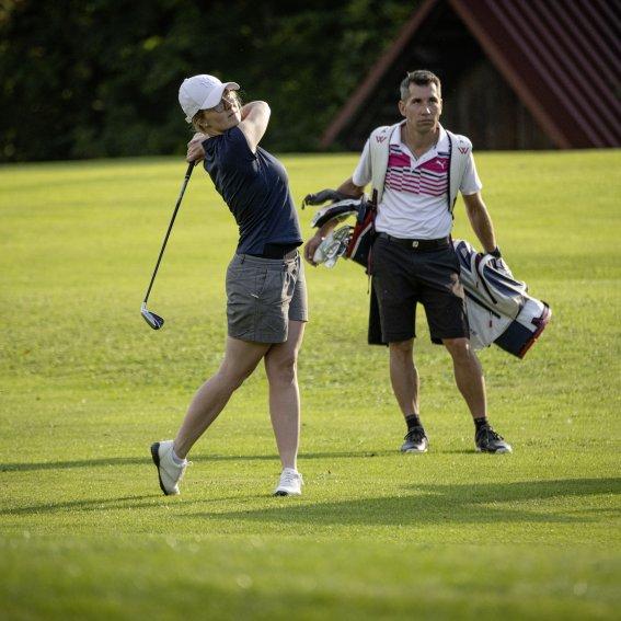 Paar beim Golfen