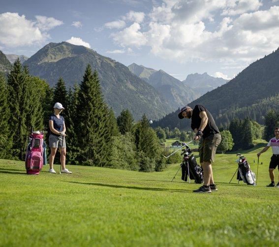 Freunde beim Golfen