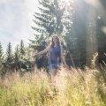 Frau im hohen Gras