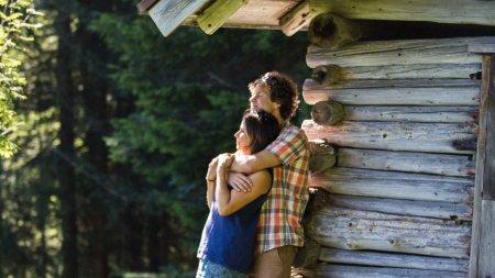 Paar vor der Hütte