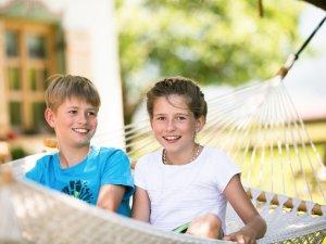Kinder in der Hängematte