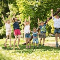Hüpfende Kinder auf dem Spielplatz