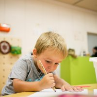 Junge beim malen