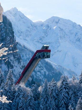 Nahaufnahme des winterlichen Schanzenturms