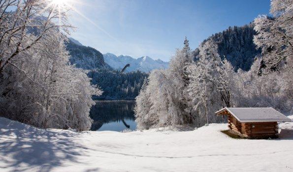 Blick vom Nordufer des Freibergsees zur Skiflugschanze