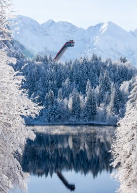Panoramablick zur winterlichen Skiflugschanze