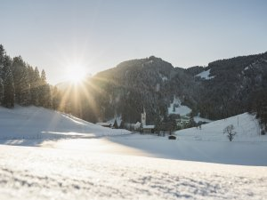 Winterlicher Blick auf die Tiefenbacher Kirche