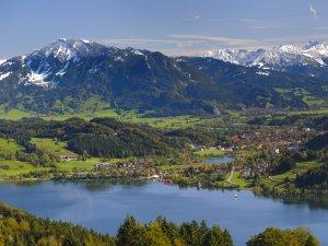 Blick über den Alpsee in Richtung Allgäuer Alpen