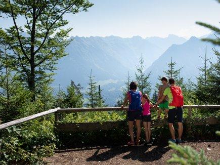 Familienzeit mit Blick auf die Berge