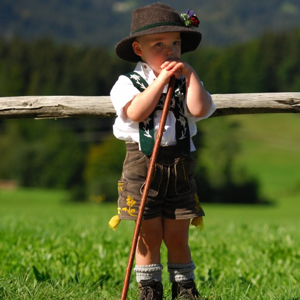 Junge in Tracht