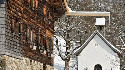 ein Bergdorf im Winter