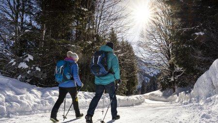 Paar beim Winterwandern