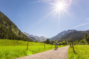 Los geht's durch die Oberstdorfer Landschaft