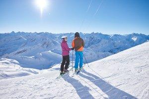 Skifahren vor gezuckerter Bergkulisse