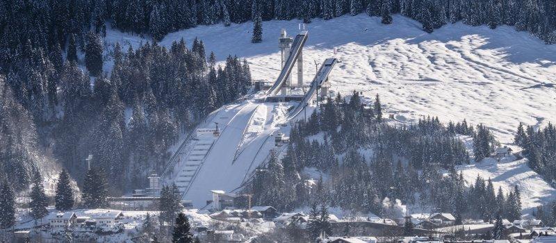 Winterlich eingebettet wacht die Skisprungschanze über Oberstdorf