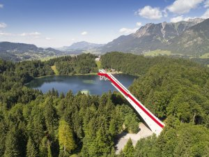 Skiflugschanze über dem Freibergsee