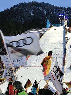 Sichere Landung beim Skispringen in Oberstdorf