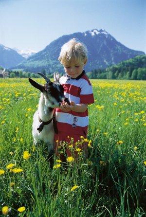 Junge mit Ziege