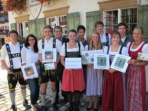 Pärle süeche - Team vor dem Heimatmuseum