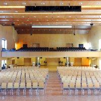 Stuhlreihen im großen Saal