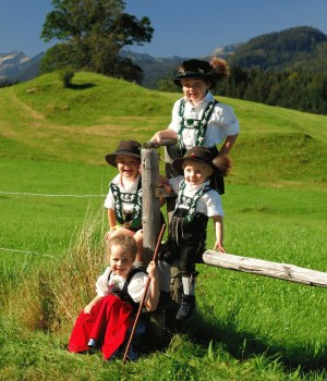 Kinder in Oberstdorfer Tracht