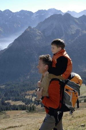 Vater und Sohn beim Wandern
