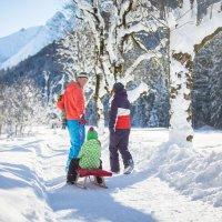 Familie beim Winterwandern