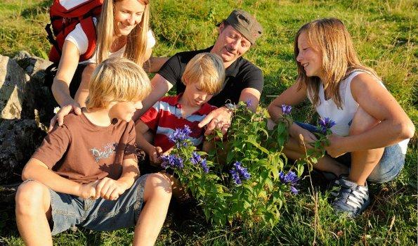 Familie auf Entdeckungsreise