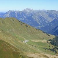 Am Horizont das Nebelhorn, Bildmitte die Alpe Schlappold, 29.09.2016