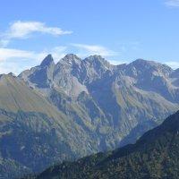 V. l. Trettachspitze (2.595 m), Mädelegabel (2.645 m), Hochfrottspitze (2.648 m), Bockkarkopf (2.608 m), Steinschartenkopf (2.61