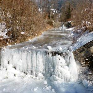 Der gefrorene Faltenbach