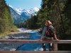 Wanderin an einer Brücke