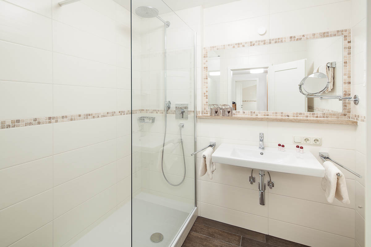 Helles, großes und modernes Badezimmer