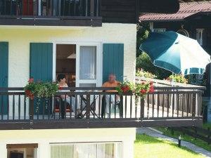 Genießen Sie einen sommerlichen Nachmittag auf den Balkonen der Oberstdorfer Ferienwelt.