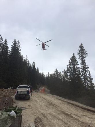 Der Baukran wird mit dem Hubschrauber zur Bergstation geflogen