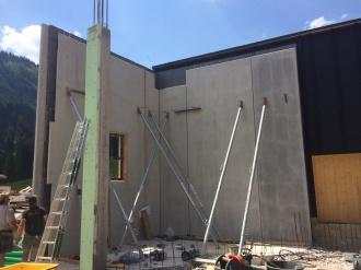 Aufstellen von Betonfertigteilen für die Wände des Talstations-Gebäudes