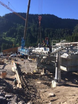 Baufortschritt bei der Montage der Seilbahntechnik an der Talstation