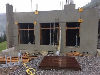 Montage der Beton-Hohlwände am Mittelstationsgebäude