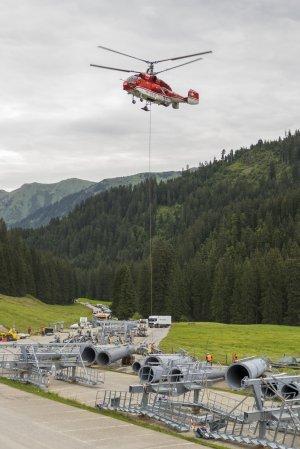 Bodenmannschaft beim anhängen einer Rollenbatterie am Hubschrauber