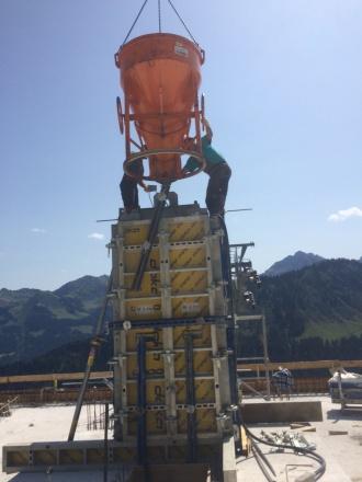 Der Hauptsteher für die Seilbahntechnik an der Mittelstation wird betoniert