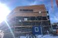 Die Schindelung der Fassade an der Bergstation schreitet voran